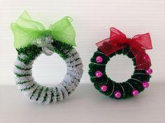 basteln mit pfeifenputzer für weihnachten kranz mini einfach schleifen glocken perlen