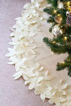 How to make a NO-SEW Christmas Tree Skirt for less than $10! This is so easy! LOVE!