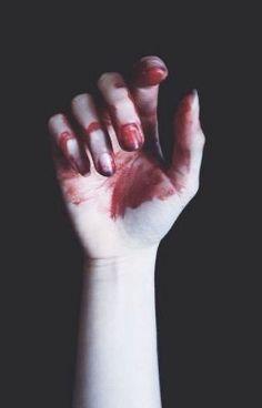#wattpad #novela-juvenil No sé cuanto tiempo estuve llorando en el baño. El miedo y la tristeza parecen haberse ido, diría que me siento bien, pero realmente no siento nada. Me lavo las lagrimas y observo el agua dejar rastros de sangre. Solo quiero dormir.