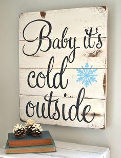 frases e palavras na decoração, placa de madeira com frase baby it's cold ouside