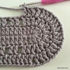 Neste passo a passo vamos aprender a confeccionar oTAPETE OVAL SIMPLES. Tapetes com flores são sempre encantadores, mas os tapetes clean são muito bem vindos Crochet Purses, Merino Wool Blanket, Knitting, Crochet Carpet, Oval Rugs, Initials, Weaving, Rugs, Trapillo