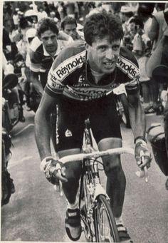 Pedro Delgado, llegando a la cima de Alpe d'Huez seguido por Rooks. 1988