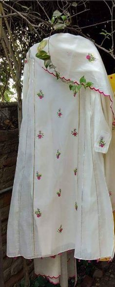 Ideas for sewing machine painting beautiful Embroidery Suits Punjabi, Embroidery Suits Design, Embroidery Dress, Dress Indian Style, Indian Dresses, Indian Outfits, Punjabi Suits Designer Boutique, Indian Designer Suits, Boutique Suits