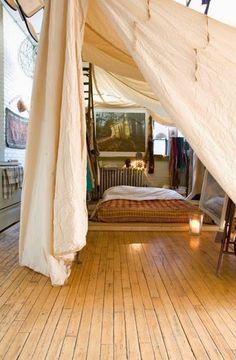 自分だけの秘密基地のようなベッドスペース。生成りの大きな布ががあれば作ってみたいですね。