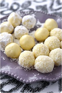 White truffle chocolates - Small, soft, sweet truffles made from white chocolate, whipped cream and butter. Vegan Whipped Cream, Strawberry Whipped Cream, Chocolate Whipped Cream, Homemade Whipped Cream, Chocolate Blanco, Strawberries And Cream, Homemade Chocolate, Chocolate Recipes, White Chocolate