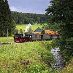 """Mit der Preßnitztalbahn zum Schalmeientreffen - denn an diesem Wochenende ist der Bahnhof Steinbach der Mittelpunkt eines Musikfestivals! Auf dem Foto ist unser Zug auch in Richtung Steinbach unterwegs und fährt entlang des Jöhstädter Schwarzwassers am 31. Juli 2016 nach Schlössel. <a href=""""/tag/wochenende"""">#wochenende</a> <a href=""""/tag/eisenbahn"""">#eisenbahn</a> <a href=""""/tag/dampflok"""">#dampflok</a> <a href=""""/tag/schalmeienkapelle"""">#schalmeienkapelle</a> <a…"""