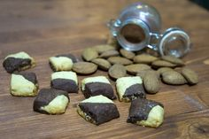 Piccoli biscotti profumati e friabili bigusto da offrire nell'ora del tè come alternativa ai frollini normali!