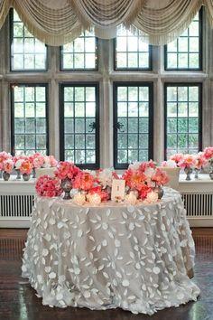 Classic vintage wedding sweetheart table #wedding #vintagewedding #reception #weddingdecor #tablesetting