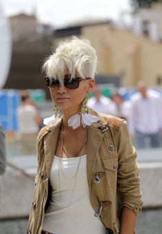 beyondfabric: Pitti Uomo: home to some of the most gorgeous and stylish women on the planet. Esther Quek… Ph: Beyond Fabric Short Punk Hair, Funky Short Hair, Short Pixie, Short Hair Cuts, Over 60 Hairstyles, Pixie Hairstyles, Cool Hairstyles, Pixie Cut Styles, Short Hair Styles