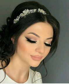 - braut make up Bridesmaid Makeup, Prom Makeup, Eye Makeup, Hair Makeup, Makeup For Quinceanera, Gold Makeup Looks, Wedding Hair And Makeup, Make Up Looks, Quince Hairstyles