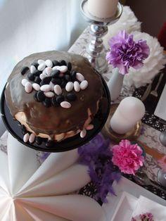 Sitruuna-salmiakkikakku // Lemon & LIqorice Layer Cake Food & Style Elina Jyväs, Baking Instinct Photo Elina Jyväs www.maku.fi