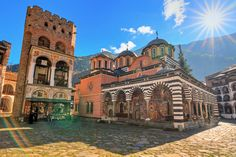 Kloster Rila, Bulgarien Kirchen, Mansions, House Styles, Bulgaria, Mansion Houses, Villas, Luxury Houses, Palaces, Mansion