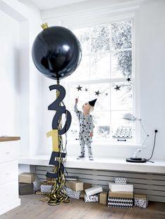 leuk alternatief voor vuurwerk! Megaballon vullen met lekkers/glitters oid en om 00:00 stuk prikken. Toch een knal maar niet buiten bibberen met bange kindjes :-)