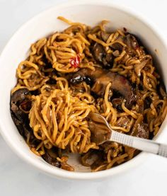 Asian mushroom ramen noodles recipe with sweet chili sauce. This delicious easy to make stir fry tastes just as good as takeout food! Asian Recipes, Beef Recipes, Recipies, Raman Noodles, Margherita Recipe, Ramen Noodle Recipes, Meal Prep Plans, Pasta Dinner Recipes, Sweet Chili
