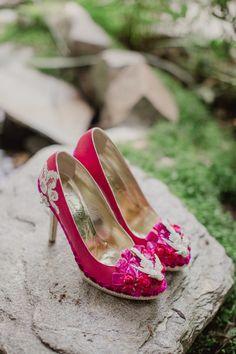 Quoi de mieux qu'une paire de talons roses et flashy ? What is better than a pink & flashy heels ? #b4wedding #mariage #wedding #couleur