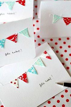 三角形にカットした布を並べて、曲線になるようにミシンをかければ、ガーランド模様のカードが出来上がります。パーティーの招待状にもぴったりの楽しいデザインですね!