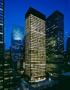 SEAGRAM BUILDING de Mies Van der Rohe.  52nd Street / 375 Park Avenue. New York. 1954/8. Estilo internacional. Edificio de 38 pisos que se convirtió en un estándar para el rascacielos moderno. De bronce y cristal oscuro que tiene 515 metros hasta la cima de la torre, yuxtaponiendo la gran superficie de granito de la plaza de abajo. La estructura interior articula la estética externa del edificio.