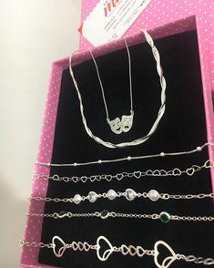 Nenhuma descrição de foto disponível. Barbie G, Barbie Store, Lettering Tutorial, Cute Jewelry, Pandora Jewelry, Hippy, Arrow Necklace, Piercings, Bling