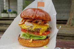 そしてアメリアチョイスのスモークチキンチーズバーガーチキンバーガーを想像していたらパティにスモークチキンがのった肉on肉バーガーだった笑 絶品なスモークチキンがどーんとトッピングされていてボリュームヤバい #food #foodporn #meallog #burger #burger_jp #ハンバーガー # #tw