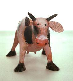 Uit hout gesneden koe door Aleksandr Vakhrameev. Object voor de voorstelling Mamma Belle