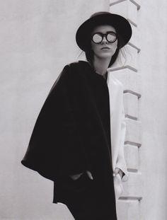 editorial : black and white cape / coat + black hat + reflective circular sun glasses Monochrome Fashion, Quirky Fashion, Only Fashion, Look Fashion, Fashion Design, Womens Fashion, Photography Projects, Fashion Photography, White Photography