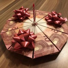 Anleitung Geldgeschenk Torte basteln Instructions to make a cake from bills. Creative opportunity to give away 100 euros. Don D'argent, How To Make Cake, How To Make Money, Diy Cadeau Noel, Money Cake, Gift Cake, Pin Collection, 100 Euro, Fundraising