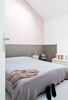 Chambre avec soubassement gris, Maison de Caroline Gomez | Bedroom with Half-Grey wall