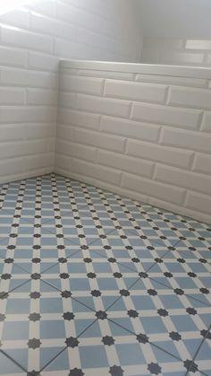 Tegels Limburg - In deze badkamer is de vloertegel van Vives, Palau Celeste , 20 x 20 cm, gecombineerd met een wit, matte metro wandtegel in de afmeting 7,5 x 30 cm. - Tegeldeal.nl