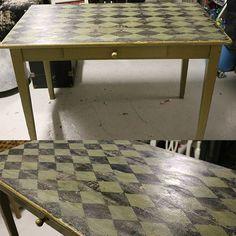 En lille farveprøve Olive på et gammelt bord med patina fra sort bordplade - terner malet - lakeret med AS og en ommer med Jem og Fix lak, da der skete kemisk reaktion fra bordpladen og AS lakken. Så fint det blev, trods alt misseren - nu syner bordpladen patineret pga det.