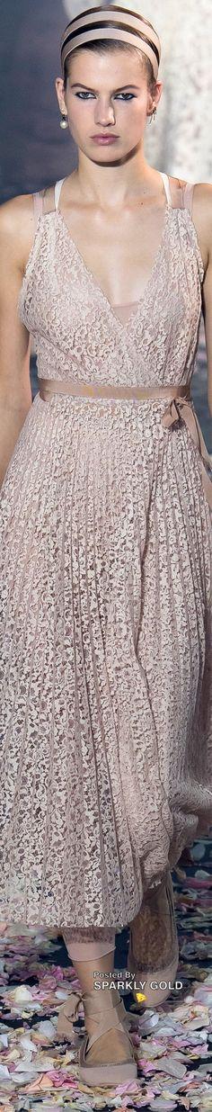 Christian Dior Spring 2019 RTW #ChristianDior #Runway2019 #SparklyGold Dior Fashion, Fashion 2018, Couture Fashion, Runway Fashion, Spring Fashion, Christian Dior Couture, Christian Siriano, French Fashion Designers, Ermanno Scervino