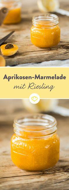 Probier statt Sekt doch mal Riesling zum Frühstück: zum Beispiel in Form dieser fruchtigen Marmeladenkomposition. Eine willkommene Alternative zu den eher einfallslosen Sorten aus dem Supermarkt.