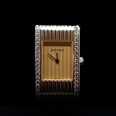 à vendre : 7800€  Montre bracelet de dame petit modèle  Reflet en or jaune, cadran doré, avec diamants brillants  lunette godronnée. Mouvement quartz.  7 Bracelets interchangeables et reglables. Signée et numérotée  dimensions : 18 mm x 29 mm Prix neuf actuel : 12900€ boite d'origine  Nos montres sont en état neuf révisées  vendues avec facture et garantie 1 an