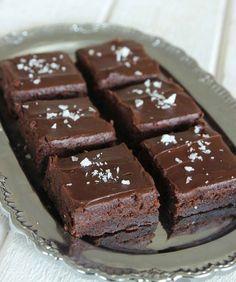 Fudge brownies - Strö gärna lite flingsalt på några av bitarna.