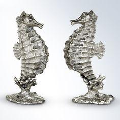 Salz- und Pfefferstreuer in Gestalt zweier realistisch anmutender Seepferdchen. Die Seepferdchen sind liebevoll aus Zinn gefertigt, schmücken jede Tafel, servieren geheimnisvoll und unterhaltsam Salz und Pfeffer. Die Seepferdchen können über eine wiederverschließbare Öffnung am Bauch gefüllt werden. An den Köpfen befinden sich 3 bzw. 5 kleine Löcher zum Streuen. Das extravagante Liebhaberstück wurde von amerikanischen Designern entworfen.