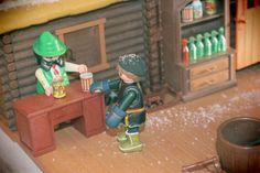 Christophe en playmobil kristoff reine des neiges  Ma Fille Alizée partage la même passion que moi pour les Playmobil. Pour les besoins d'une exposition Playmobil, elle a réalisé un diorama basé sur le dessin animé de la Reine des Neiges de Disney.     Comme Playmobil n'a pas commercialisé de licence Disney, Alizée a customisé (modifié) des personnages Playmobil pour représenter les principaux personnages de la Reine des Neiges. Licence, Diorama, Nerf, Comme, Passion, Toys, Disney, Characters From Frozen, Radiation Exposure
