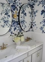 Blue and white wallpaper, blue floral wallpaper, bathroom wallpaper flora. Modern Bathroom Design, Bathroom Interior, Modern Bathrooms, Blue Bathrooms, Modern Sink, Bathroom Designs, Farmhouse Bathrooms, Dream Bathrooms, Beautiful Bathrooms