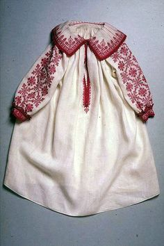 Hemd (Kinder). Leinen, weiss, rotseidene Spitzen, Nadelarbeit, `Holbeinstich`. 1600 - 1700. (LM-12672)