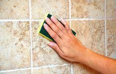 Brunlige vægfliser afkalkes med svamp og citronsyre