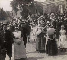 Prins Hendrik brengt een bezoek aan de haven van Urk. De in klederdracht gestoken bevolking heet hem van harte welkom. 1911 #Urk