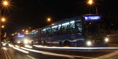 Sistema de transporte masivo Mio. SE DESTINARÍA UNA RUTA PARA CLIENTES Y TRABAJADORES DE LAS ZONAS DONDE HAY ACTIVIDAD NOCTURNA. La posibilidad de extender la jornada de servicio del MÍO hasta las 3 de la mañana durante las jornadas de la noche de jueves a domingo está siendo estudiada por Metrocali, con el fin de cubrir la demanda de rumberos y trabajadores de establecimientos nocturnos que pueden llegar a cerca de 17.000 personas.