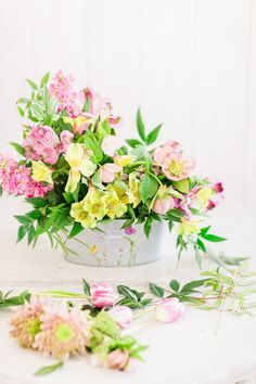 a simple diy floral centerpiece for spring Simple Centerpieces, Flower Centerpieces, Romantic Flowers, Amazing Flowers, Floral Bouquets, Floral Wreath, Complimentary Colors, How To Make Wreaths, Spring Flowers