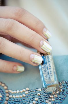 Nail art - Spring Moon manucure - yellow white striped with gold