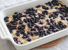 Baked oatmeal porridge with banana, blueberries and cardamom- Bakad havregrynsgröt med banan, blåbär och kardemumma Baked porridge with banana, blueberries and cardamom. Baked oatmeal with banana, blueberry and cardamom. Brunch Recipes, Breakfast Recipes, 400 Calorie Meals, Food Porn, Kolaci I Torte, Food Inspiration, Love Food, Healthy Snacks, Vegetarian Recipes