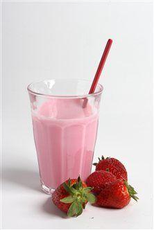 Fedtfattig smoothie med banan og jordbær. Drik til mellemmåltid, efter træning eller til morgenmad!