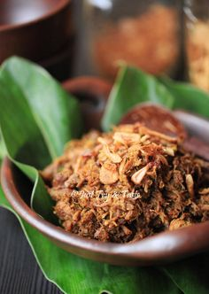 Daging sapi yang dimasak dalam bumbu empal, manis gurih khas Jawa ini hadir dalam bentuk suwiran nan empuk.