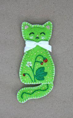 The Wild Strawberry kitten of summer brooch by Ailinn-Lein on DeviantArt Felt Embroidery, Felt Applique, Felt Patterns, Craft Patterns, Fabric Crafts, Sewing Crafts, Felt Brooch, Brooch Pin, Felt Cat