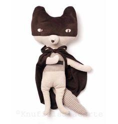 Deze das knuffel van Maileg is een echte superheld. Hij is fan van Batman en Zorro! Zijn masker en cape kunnen ook af.