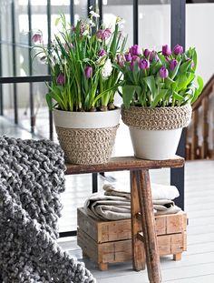 spring decorating ideas home purple tulips-pots-skandinavian-style