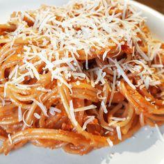 U nas dziś spaghetti z czerwonym pesto i parmezanem  straszni z nas makaroniarze  #pesto #red #redpesto #pasta #spaghetti #makaron #obiad #dinner #parmezan #parmigianoreggiano #recipe #przepis #kakaludek #blog #poznań #polska #poland #poznan