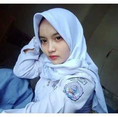 Gambar mungkin berisi: 1 orang Hijab Collection, Girl Hijab, Beautiful Hijab, Fashion Outfits, Womens Fashion, Graphic Sweatshirt, Selfie, Sweatshirts, School